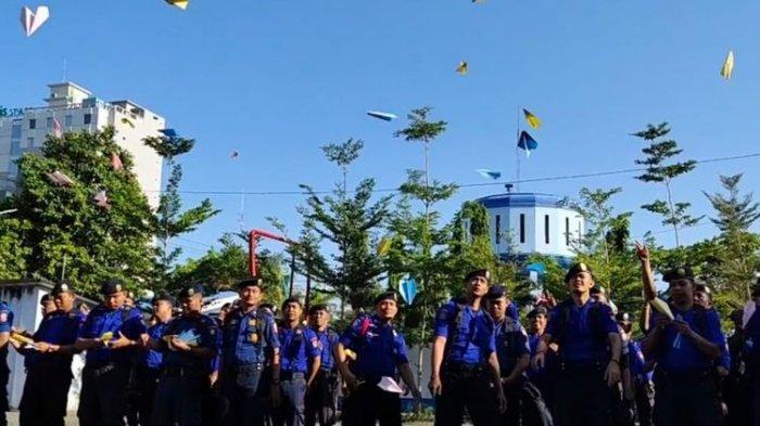 Damkar Makassar Kenang Habibie dengan Terbangkan Seribu Pesawat Kertas