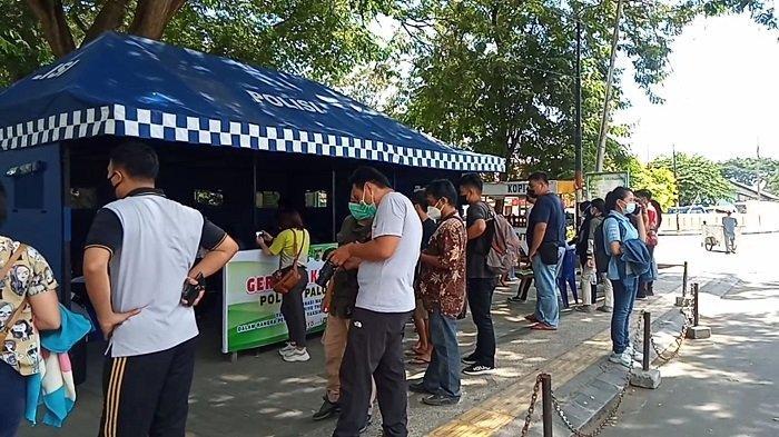 Polisi Buka Pos Vaksinasi Covid-19 Gratis di Taman GOR Palu, Warga Antre Sejak Pagi