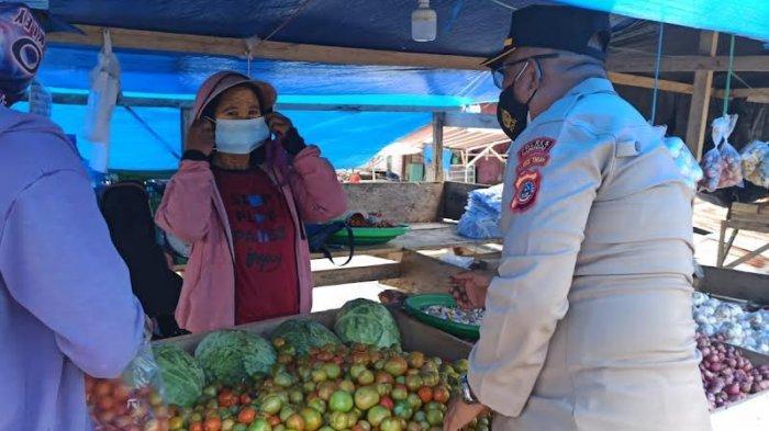 Bagi Masker di Pasar, Kapolsek Luwuk: Prokes itu Ampuh Lawan Covid-19