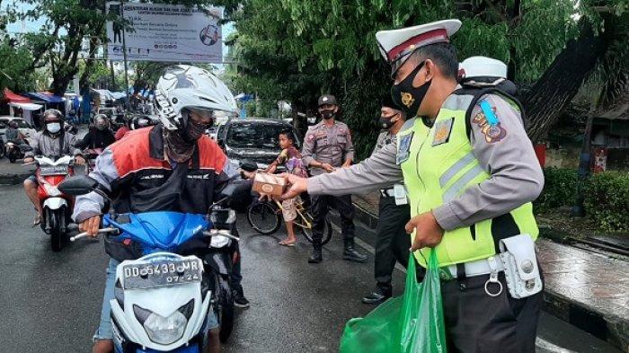 Edukasi Tertib Lalulintas sekaligus Bagi-bagi Takjil untuk Pengendara di Luwuk