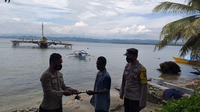 Kanit Binmas Polsek Poso Pesisir Ipda Habibi membagikan tiga set alat pancing kepada nelayan Desa Tokorondo, Kecamatan Poso Pesisir, Kabupaten Poso, Kamis (6/5/2021).