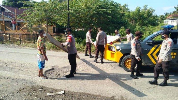 Polisi dan Warga Gotong Royong Perbaiki Jalan Rusak di Banggai