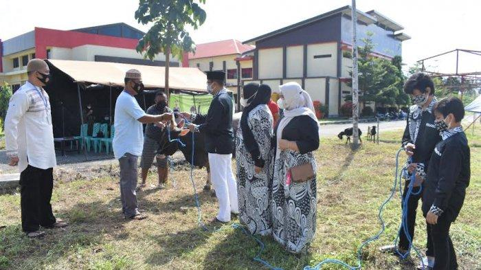 Bhabinkamtibmas di Banggai Door to Door Antar Daging Kurban