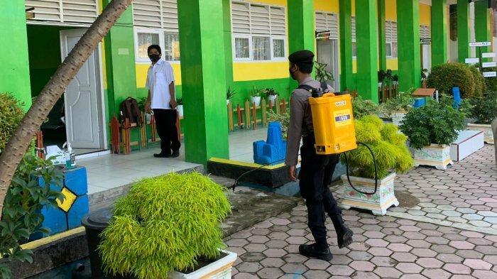 Polres Tolitoli Sebar Cairan Disinfektan Di Lingkungan Sekolah