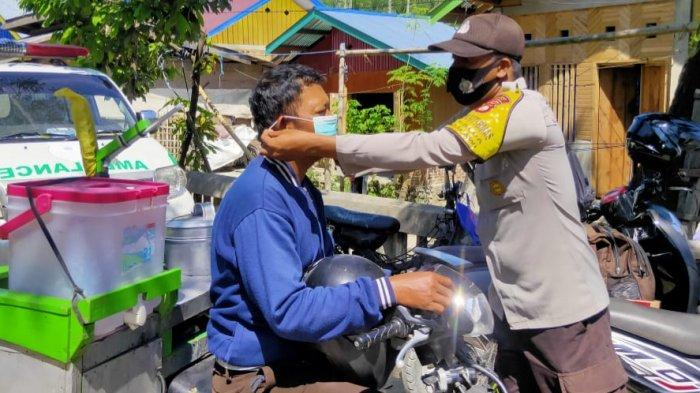 Upaya Memutus Rantai Penyebaran Covid-19, Polsek Kulawi Bagikan Masker Gratis ke Pengendara