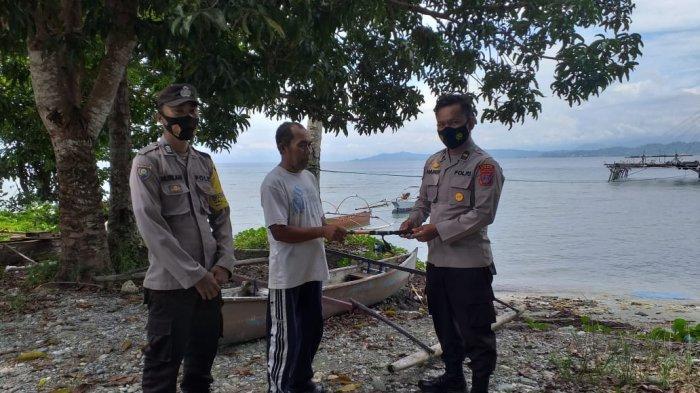 Tekan Paham Radikan, Binmas Polsek Poso Pesisir Bagikan Pancing untuk Nelayan Tokorondo