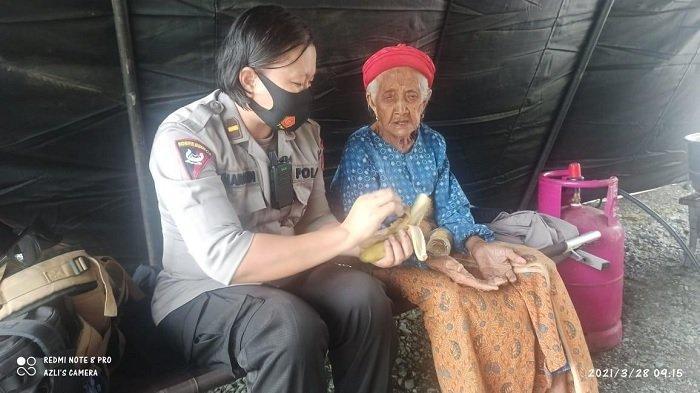 Potret Kedekatan Brimob Polda Sulteng dengan Korban Banjir Bandang Desa Beka Sigi