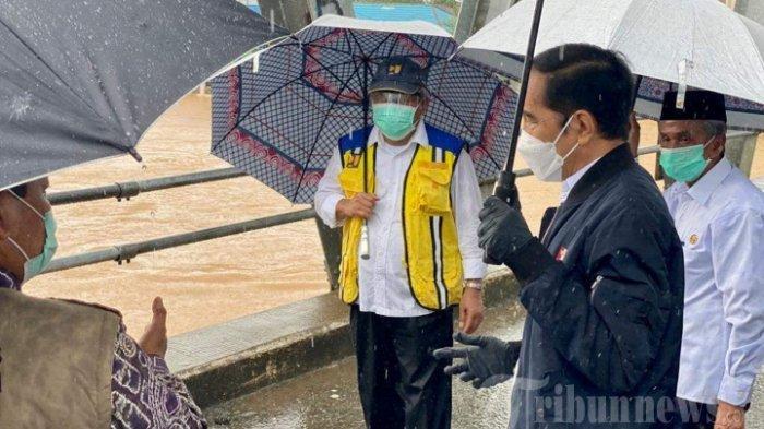 ILUSTRASI - Jokowi sedang meninjau lokasi banjir