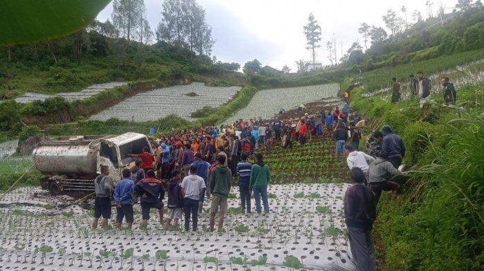 Viral Warga Desa Gotong Royong Tarik Truk 8 Ton yang Masuk Jurang: Gunakan 5 Tali, Berlangsung 5 Jam
