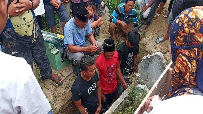 Suasana Haru Iringi Pemakaman Korban yang Tenggelam di Hilir Sungai Palu