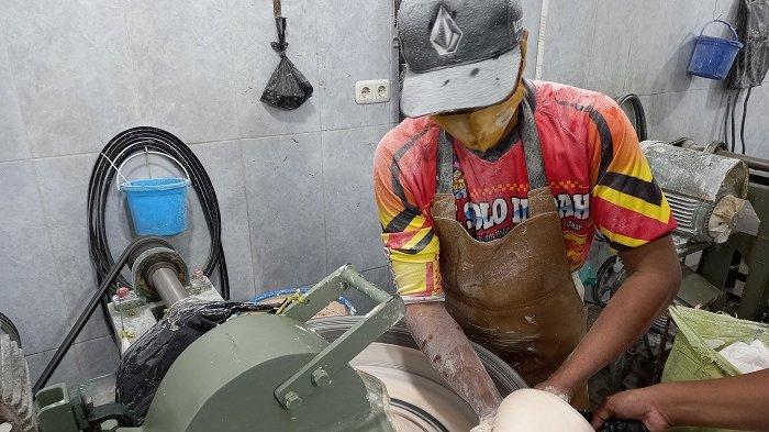 Begini Proses Penggilingan dan Pembuatan Bakso di CV Solo Indah Kota Palu