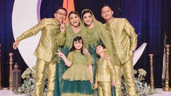 Momen foto bersama keluarga Hermansyah di prosesi pengajian Aurel jelang menikah dengan Atta Halilintar