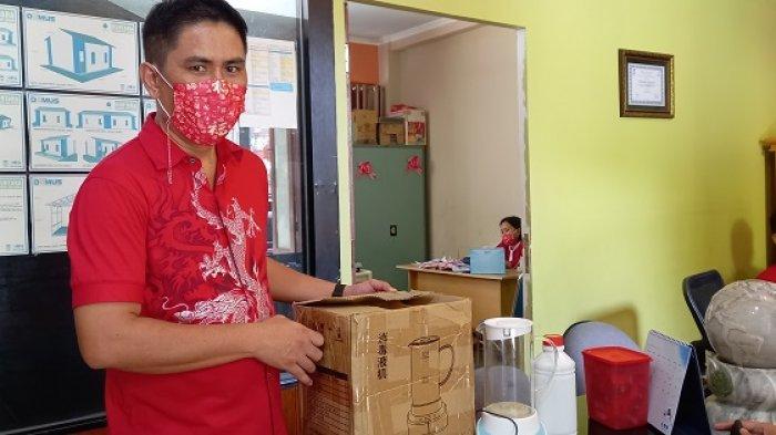 Rayakan Imlek 2021, PSMTI Sulawesi Tengah Bantu Warga Palu Sediakan Desinfektan