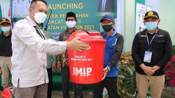 IMIP Dukung Program Morowali Bebas Sampah, Serahkan Alat Kebersihan ke Kecamatan Bumi Raya