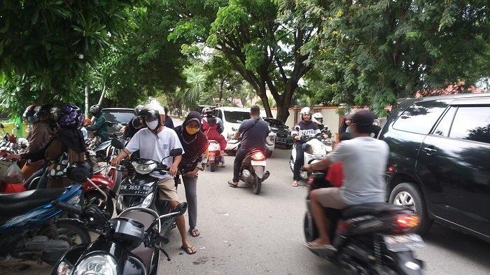 Motor Pembeli Takjil Diparkir di Bahu Jalan, Lalulintas di Jl Balai Kota Macet