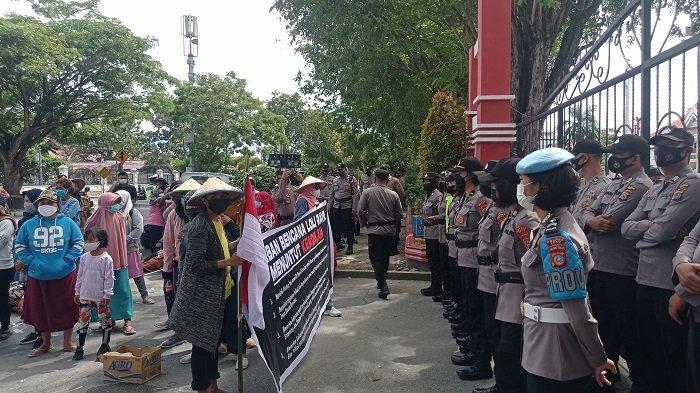 Tak Kunjung Dapat Huntap, Korban Bencana Donggala Jalan Kaki Sejauh 24 Km ke Kantor Gubernur