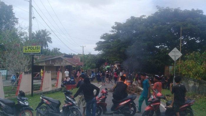 Demo di Depan Polsek Poso Pesisir Utara, Warga Blokade Jalan dan Bakar Satu Pos Satgas Madago Raya