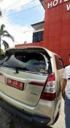 Kendaraan dinas milik Pemerintah Kabupaten (Pemkab) Banggai, Sulawesi Tengah dilempar orang tidak dikenal di Kota Palu, Sulawesi Tengah.