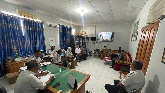 Aparat GabunganPasang Portal di Perbatasan Banggai dan Tojo Unauna - Morowali Utara