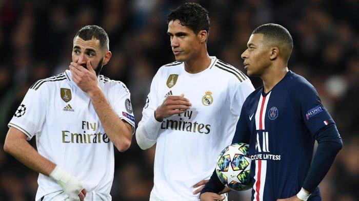 Bek Real Madrid, Raphael Varane (tengah) bersama dua kompatriotnya Karim Benzema (kiri) dan Kylian Mbappe (kanan)