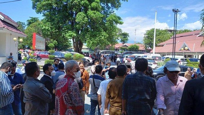 Usai Dilantik Gubernur Sulteng, Amir-Furqan Disambut Ratusan Simpatisan di Halaman Gedung Pogombo