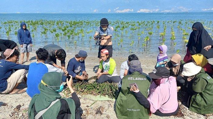 Hari Konservasi Mangrove Internasional, Mangrovers Tanam Ratusan Propagul di Teluk Palu