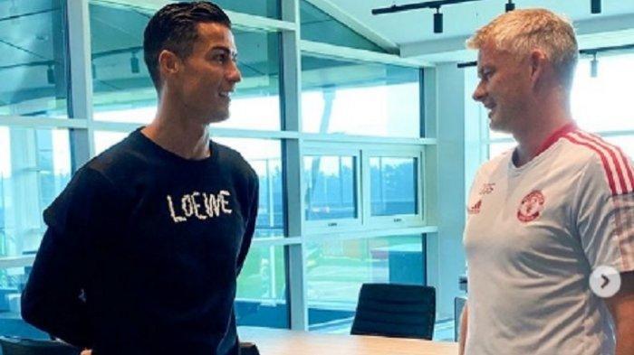 Ronaldo Diejek Salah Kostum saat Baru Tiba di Markas MU, Disebut Sedang Tidak Sehat