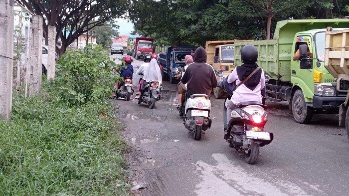 Jalan Tavanjuka Raya Palu Rusak dan Berlubang, Pengendara Harus Hati-hati