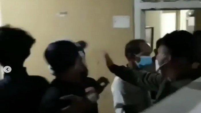 Detik-detik Warga Mengamuk, Rumah Pelaku Rudakpasa Terhadap Anak Tiri Dikepung