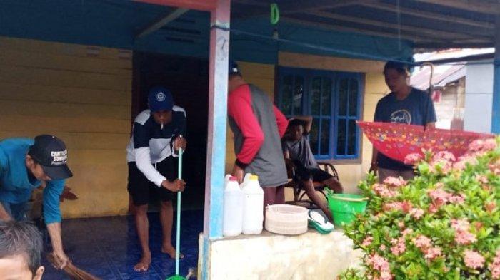 Rumah Terendam Banjir, Warga Balantak Selatan Sibuk Bersih-bersih Lumpur Jelang Ramadhan