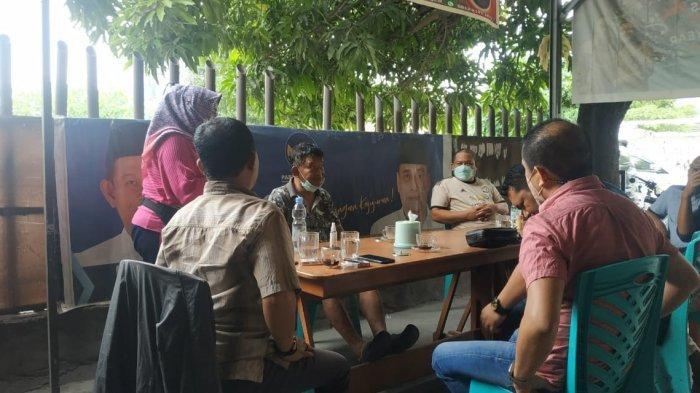 Gubernur Sulawesi Tengah Rusdi Mastura ngopi bareng politisi di Warung Kopi, Jl Masjid Raya, Kelurahan Lolu Utara, Kecamatan Palu Selatan, Kota Palu, Sabtu (7/8/2021).