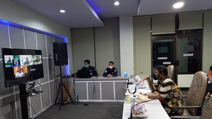 Gubernur Sulawesi Tengah Rusdi Mastura saat mengarahkan secara virtual kepala-kepala daerah untuk tingkat peran Pemerintah Desa/Kelurahan dan Puskesmas.
