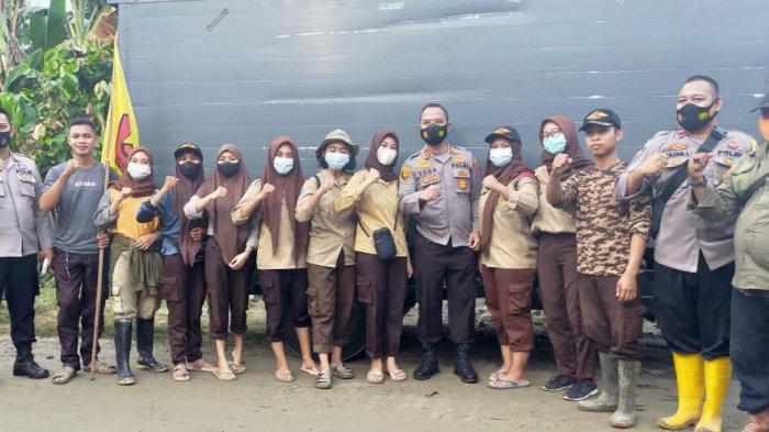 Saka Bhayangkara Polsek Dolo Bantu Warga Bersihkan Lumpur di Rogo Sigi