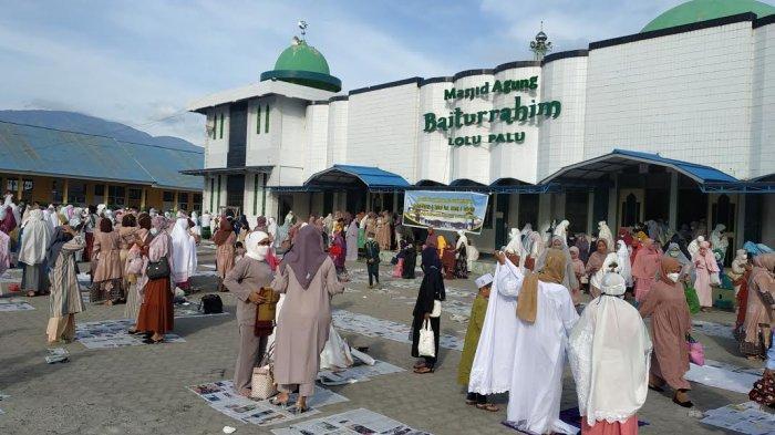 Umat Muslim memadati Masjid Raya Baiturrahim, Jl Masjid Raya, Kelurahan Lolu Utara, Kecamatan Palu Timur, Kota Palu, Sulawesi Tengah, untuk menunaika Salat Id berjamaah Kamis (13/5/2021).