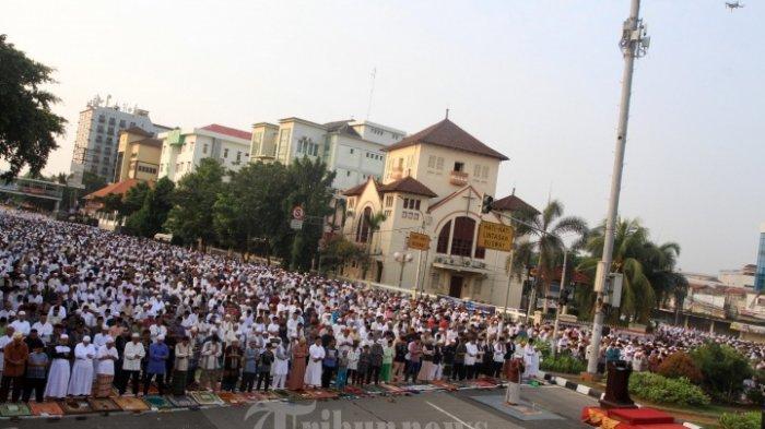 SALAT ID-Ribuan jemaah menjalani Salat Idul Fitri 1439 Hijriah di ruas jalan raya di kawasan Jatinegara, Jakarta Timur, Jumat (15/62018).