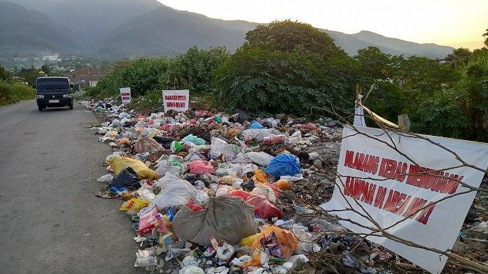 Warga Abaikan Papan Larangan Buang Sampah Sembarangan, Bau Busuk Ganggu Pengendara