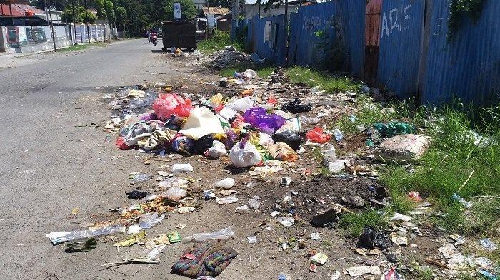 Sampah Berserakan hingga ke Bahu Jalan di Jl Jendral Ahmad Yani Besusu Barat