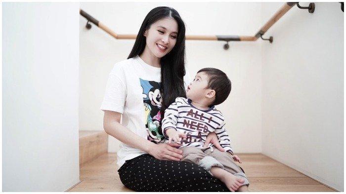 Setelah Mobil-mobilan, Anak Sandra Dewi Dapat Hadiah Gitar Mewah Seharga Ratusan Juta