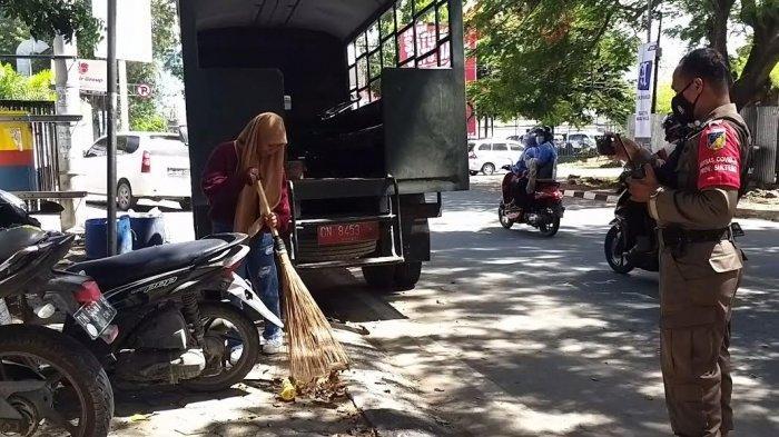 Terjaring Operasi Yustisi Palu, Pengendara Tak Pakai Masker Disanksi Bersihkan Jalanan