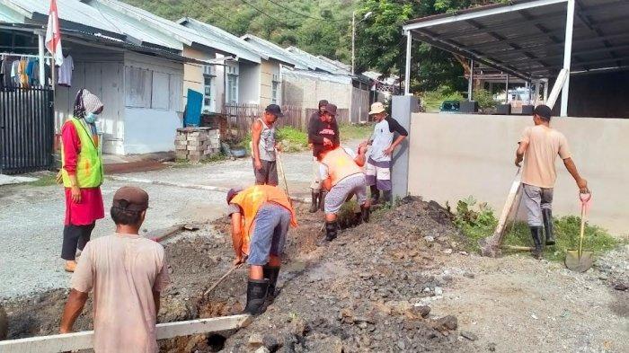 Satgas K5 Kabonena dan Warga Gotong Royong Bersihkan Sedimen Drainase