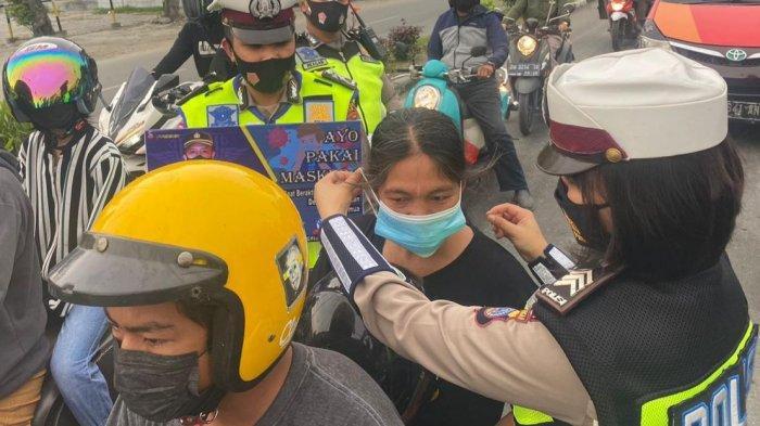 Operasi Patuh Tinombala 2021, Polisi Atur Lalulintas sambil Bagikan Masker Gratis