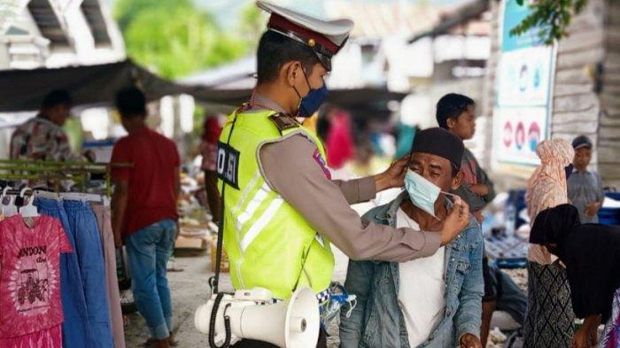 Satlantas Polres Sigi Bagikan Masker ke Pengunjung Pasar Pewunu di Marawola Sigi