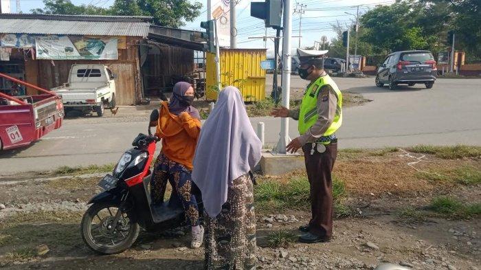 Sejumlah sepeda motor terjaring razia polisi lalulintas di persimpangan lampu merah Jl Soekarno-Hatta, Kelurahan Tondo, Kecamatan Mantikulore, Kota Palu, Sulawesi Tengah, Selasa (9/2/2021).