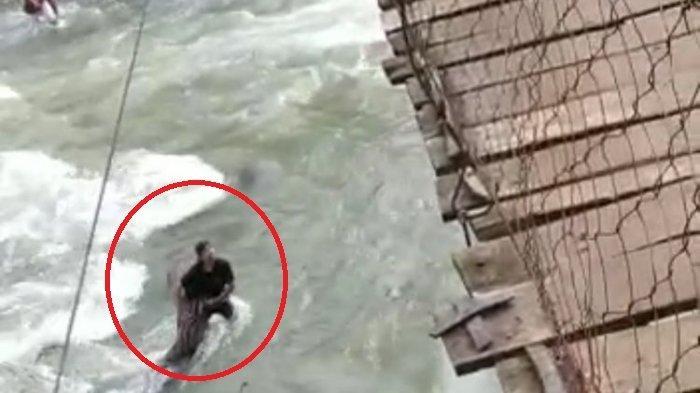 Detik-detik Satu Keluarga Jatuh dari Jembatan Gantung, Berawal dari Ban Motor Terpeleset