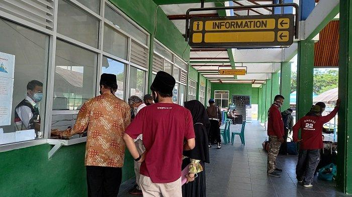 Sejumlah penumpang checking di Pelabuhan Pantoloan Palu saat keberangkatan kapal terakhir sebelum pelarangan mudik, belum lama ini.