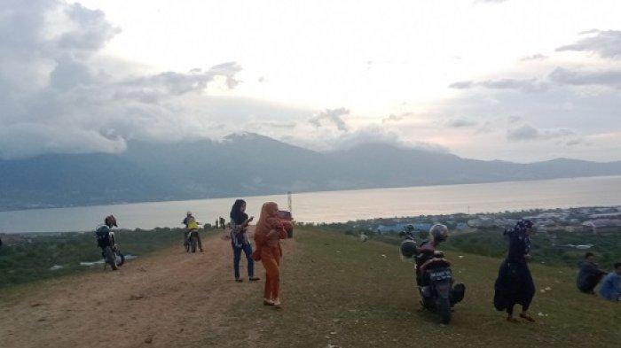 Bukit Indah di Jalan Baru Kelurahan Talise Ramai Dikunjungi Warga, Sore di Akhir Pekan Paling Ramai