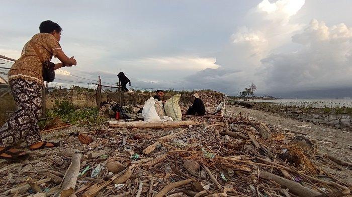 Anak-anak Muda Palu Bersih-bersih Sampah di Pantai Tondo