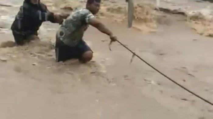 Viral Video Pemotor Wanita Terseret saat Lawan Arus Deras Banjir, Sudah Sempat Diperingatkan Warga