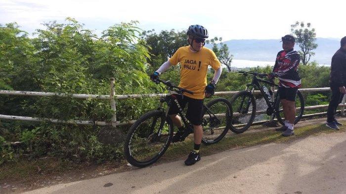 Tunggangi Sepeda Belasan Juta, Hadianto Rasyid Sapa Warga Kota Palu