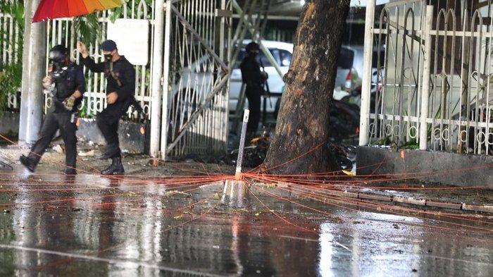 FOTO: Panglima TNI dan Kapolri Tinjau Lokasi Ledakan Bom Bunuh Diri di Makassar - situasi-di-lokasi-ledakan-bom-bunuh-diri-2.jpg